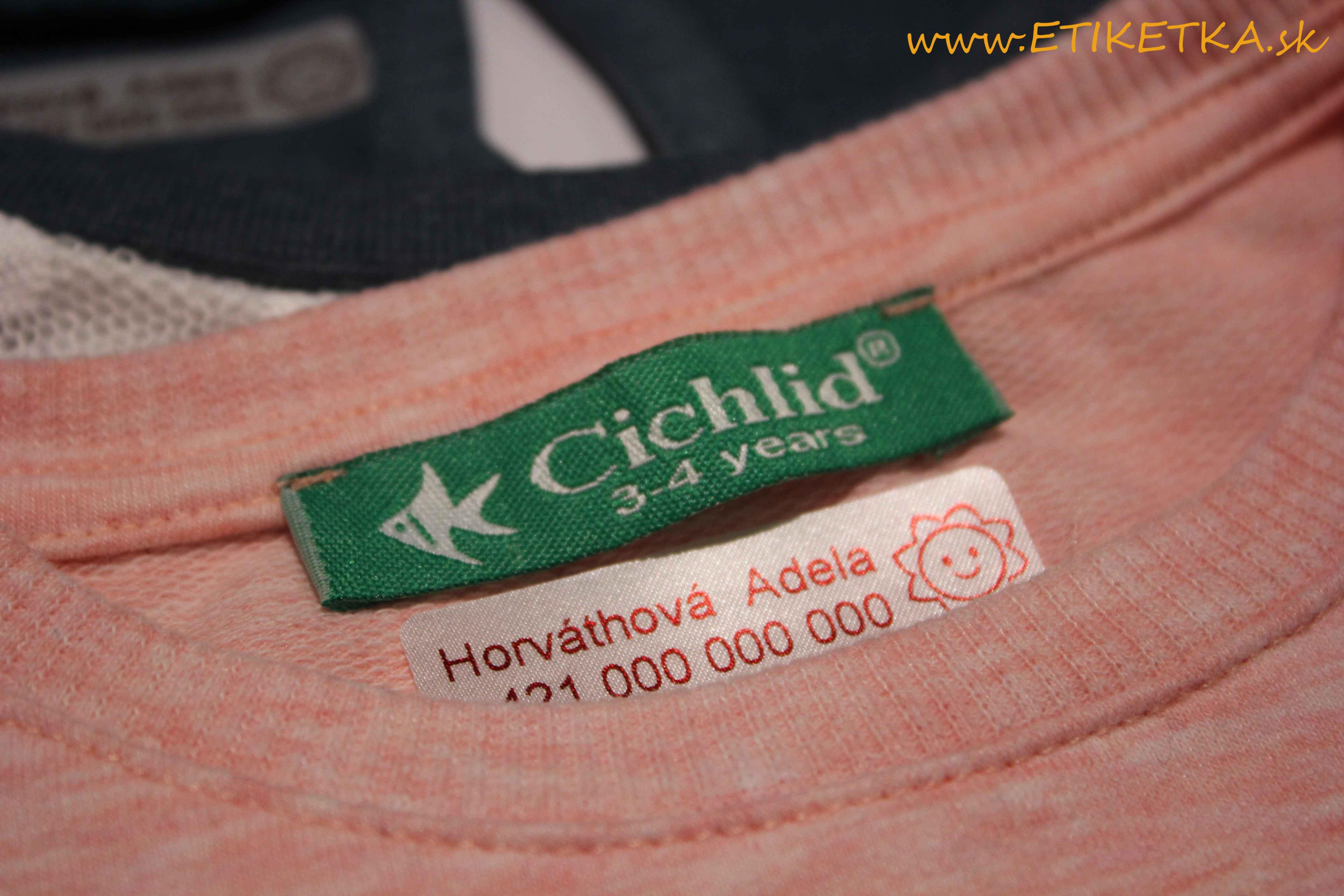 štítky na oblečení
